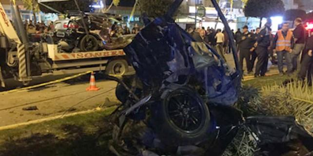 Dehşet kazada otomobil ikiye bölündü
