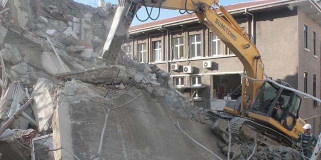 Deprem riski taşıyan o bina yıkılıyor