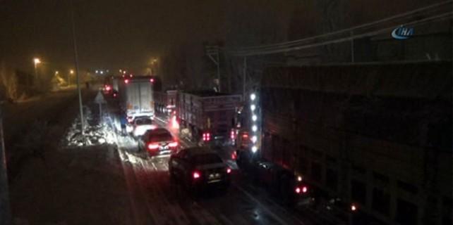 Kar iki şehir arasındaki yolu trafiğe kapattı!
