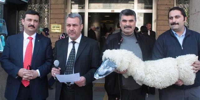 Postacılardan kuzu postuna bürünmüş kurtla protesto