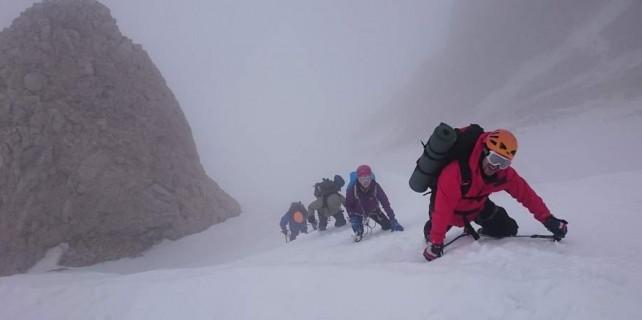 2 metre kar ve yoğun siste zirveye emin adımlarla...