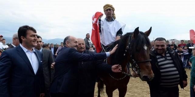 Rahvan yarışlarının şampiyonlarına Bakandan ödül