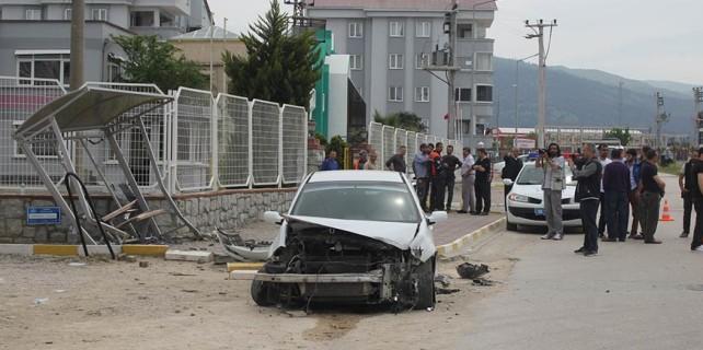 Bursa'da ehliyetsiz sürücü otobüs durağına işte böyle daldı