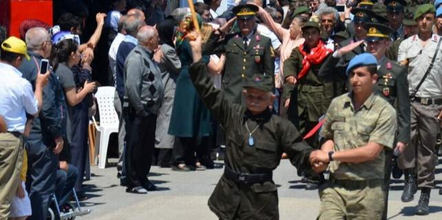 77 yaşında asker oldu gözyaşlarına boğuldu