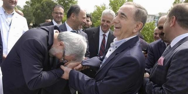 Uludağ Üniversitesi Rektörü bakın kimin elini öptü?