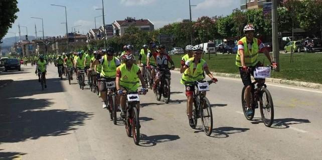 Bursa caddelerinde yüzlerce bisikletçinin ne işi var?