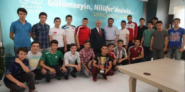 Şampiyonluk kupasını Başkan Bozbey'e getirdiler