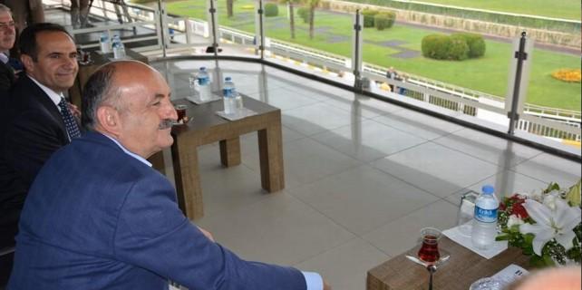 Sağlık Bakanı'nın at yarışı merakı