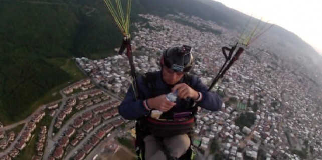 Bursalı çılgın paraşütçü 800 metre yükseklikte iftar yaptı