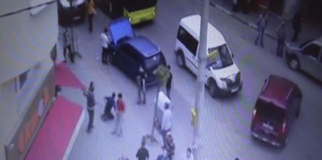 İki kişinin bıçaklandığı ekmek kavgası kamerada