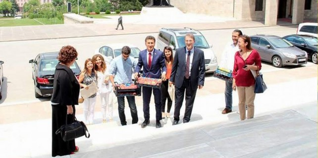 Meclise Bursa şeftalisi götürdüler