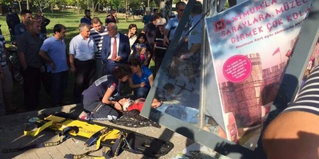 Bursa'da otomobil durağa daldı...Bakın sürücü kim çıktı?