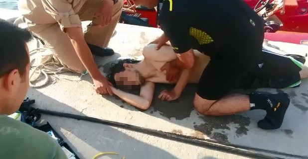 Denizdeki genç işte böyle kurtarıldı! (video)