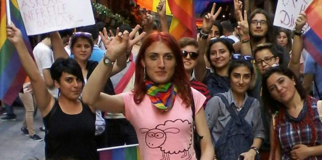 Kaçııınnn taş geliyor...Bursa'da eşcinsellere vatandaş izin vermedi