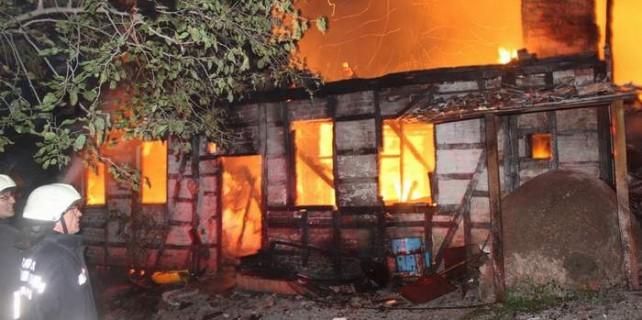Bursa'daki işyeri yangını herşeyi kül etti