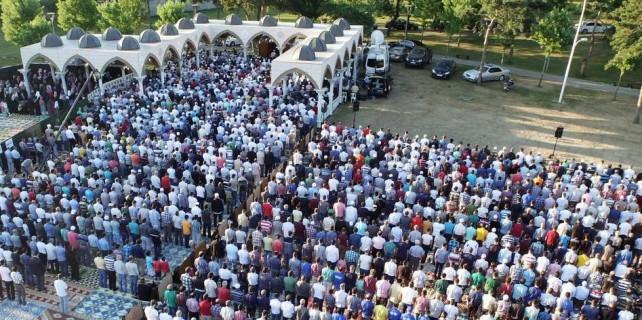 Bursa'da açık havada bayram namazı heyecanı