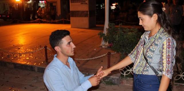 Evlilik teklifini bilboardla yaptı