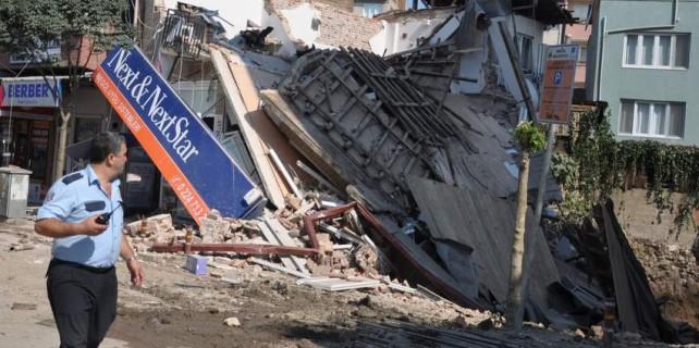 Bursa'da faciadan dönüldü...Temel kazısı binayı yerle bir etti