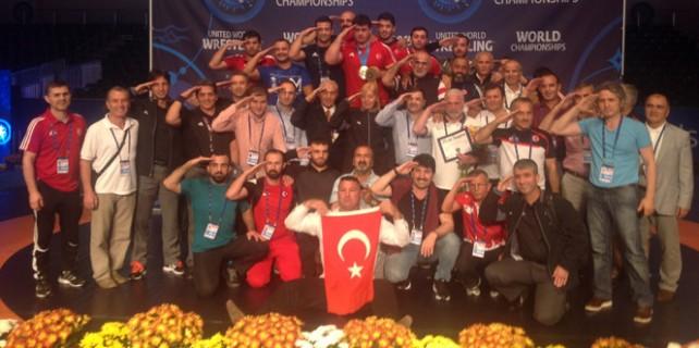 Milli güreşçilerden asker selamı