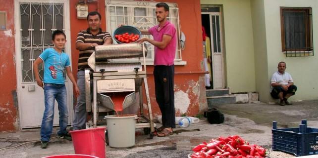 Bursa'da eskimeyen gelenek...Sokak sokak salça