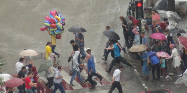 Bayram alışverişinde sağanak yağmura yakalandılar