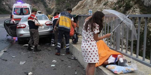 Bursa'da tatil dönüşü feci kaza...Yaralıları şemsiye ile korudular
