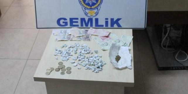 Liselilere uyuşturucu satan torbacı yakayı ele verdi