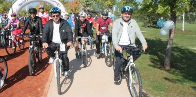 Bakan Bursa'da bisiklet dağıttı