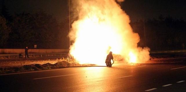 Takla atan otomobil alev alev yandı..Bir tek o yanmadı...