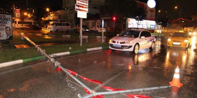 Bursa'da gece fırtınaya teslim oldu...