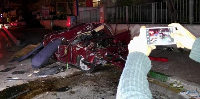 Otomobilleri pestile döndü sağ çıkıp selfie yaptılar