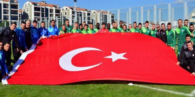 Bursasporlu futbolculardan dev bayrak...