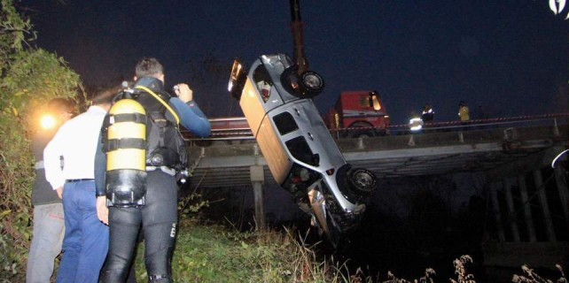 Köprüden uçtu...Aracı ve cesedini dalgıçlar buldu