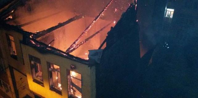 Bursa'da 100 yıllık tarihi bina yandı...İtfaiye dar sokaklardan giremedi