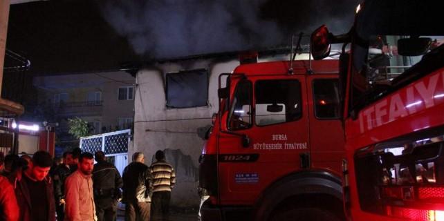 16 kişinin kaldığı evde yangın paniği