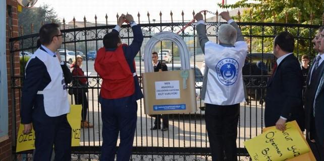Anadolu Lisesi'nin kapısına kilit vurdular...