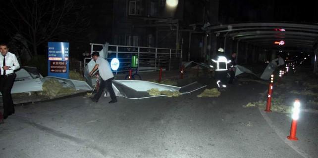 Bursa'da faciadan dönüldü...Hastanenin çatısı uçtu...