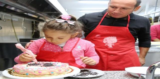 Babalar çocuklarıyla pasta yaptı