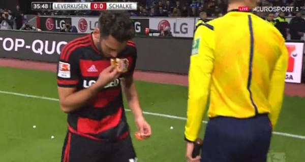 Milli futbolcudan ekmek dersi (video)