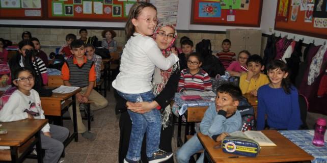 Engelli kızını 4 yıldır sırtında taşıyarak okula götürüyor