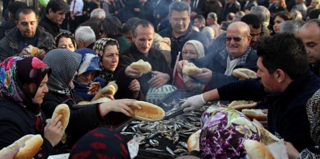 Bursa'da bedava balık ekmek izdihamı...