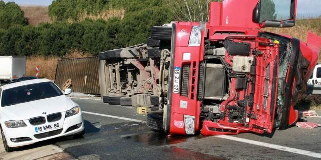 Otoban trafiğini kilitleyen kaza...