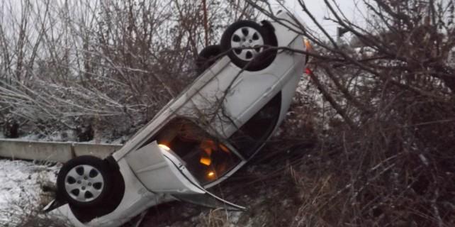 Buzlanan yolda kaza