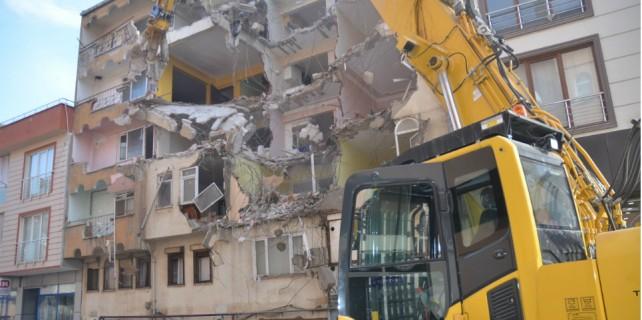 Deniz kumuyla yapılan binalar yıkılıyor