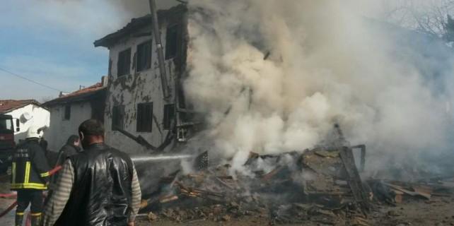 Ev yandı, yıkıldı...Faciadan dönüldü...