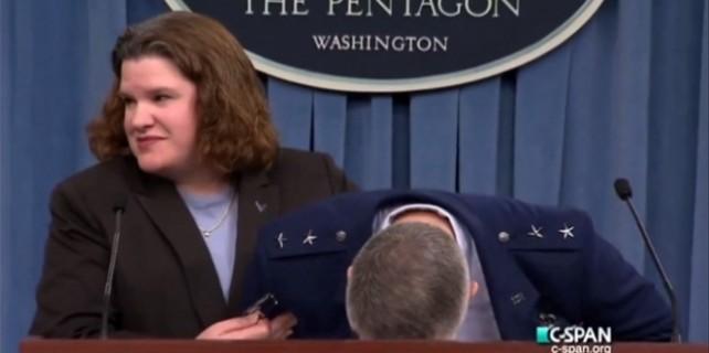 Amerikalı general basın toplantısında bayıldı.