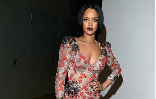 Rihanna yine tarzıyla oldu!