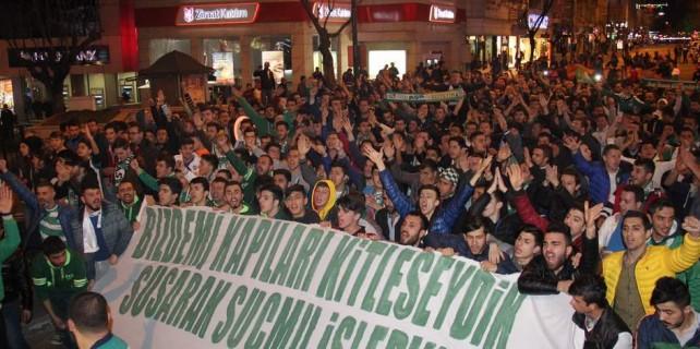 Bursaspor taraftarı sokaklara döküldü...