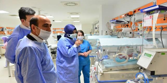 Başkan Edebali'den beşiz bebeklere ziyaret...