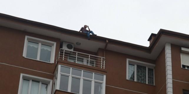 İntihar etmek için çatıya çıktı, 'Kurtarın' diye itfaiyeyi aradı